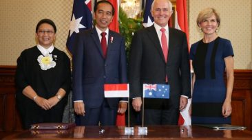 Indonesian Minister for Foreign Affairs Retno Marsudi  (L-R), Indonesian President Joko Widodo, Australian Prime Minister Malcolm Turnbull and Australian Foreign Minister Julie Bishop pose for a picture during a signing ceremony at Admiralty House in Sydney, Australia, February 26, 2017.   REUTERS/David Moir/Pool