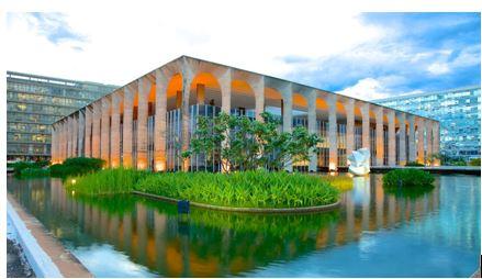 Palais Itamaraty (Ministère des Affaires étrangères du Brésil) à Brasília – symboliquement cerné de douves